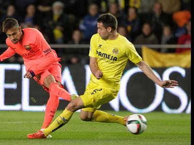Duel panas terjadi di leg kedua semifinal Copa del Rey antara Villarreal melawan Barcelona di stadion Madrigal Villarreal , Spanyol, Rabu (4/3/2015). Barcelona Menang 3-1 atas Villarreal. (Reuters/Heino Kalis)