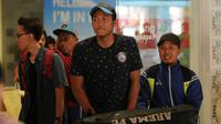 Utam Rusdiana jadi pemain yang ikut rombongan Arema kembali ke malang setelah dari PGK. (Bola.com/Iwan Setiawan)