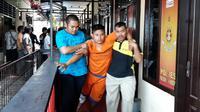 Tersangka pembunuh pelajar yang tewas di lapangan bola Pasuruan sempat mengajak makan bakso dan nongkrong sebelum memukul kepalanya dengan kayu berujung runcing. (Liputan6.com/Dian Kurniawan)