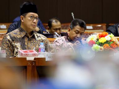 Menteri Agama Lukman Hakim Saifuddin (kiri) dan Menteri Sosial Agus Gumiwang Kartasasmita (kanan) saat mengikuti rapat kerja bersama Komisi VIII DPR terkait RKA K/L Tahun 2019 di Jakarta, Rabu (24/10). (Liputan6.com/JohanTallo)