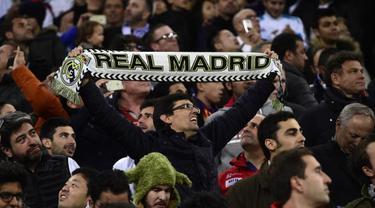 Fans Real Madrid memberikan dukungan di Santiago Bernabeu. (AFP/Pierre-Philippe Marcou)
