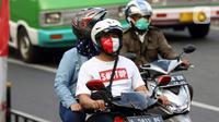 Pengendara melintasi area Lawang Salapan atau Tepas Salapan Mlawang Dasakreta, Kota Bogor, Jawa Barat, Sabtu (29/8/2020). Wali Kota Bogor Bima Arya Sugiarto mengatakan akan menerapkan jam malam, menyusul ditetapkannya kota hujan ini sebagai zona merah COVID-19. (Liputan6.com/Helmi Fithriansyah)