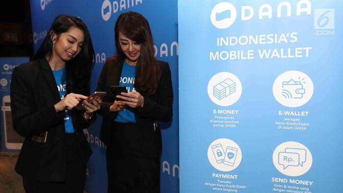 Dua wanita menggunakan DANA, Dompet Digital Indonesia di Jakarta, Rabu(21/3). DANA, Dompet Digital Indonesia merupakan sebuah layanan dari perusahaan rintisan (start up) di bidang teknologi finansial. (Liputan6.com/Angga Yuniar)#source%3Dgooglier%2Ecom#https%3A%2F%2Fgooglier%2Ecom%2Fpage%2F2019_04_14%2F455672