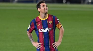 Lionel Messi yang beberapa tahun terakhir mengemban ban kapten dengan berat hati harus meninggalkan Barcelona dengan status bebas transfer. Selain Messi. beberapa mantan kapten klub tersebut juga meninggalkan Barcelona dengan cuma-cuma. (Foto: AFP/Josep Lago)