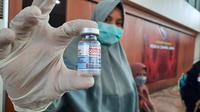 Seorang petugas vaksinasi massal di Convention Hall, Banda Aceh, memperlihatkan vaksin jenis Moderna (Liputan6.com/Rino Abonita)