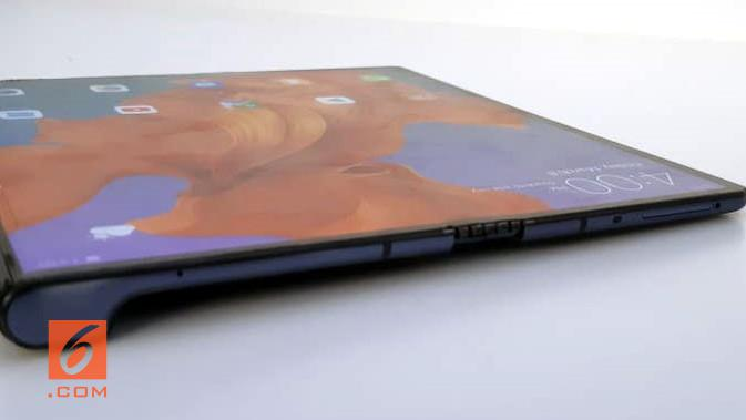 Penampilan smartphone layar lipat Huawei Mate X. (Liputan6.com/ Agustin S. Wardani)
