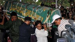 Pengusaha Bob Sadino meninggal dunia pada usia 81 tahun di Rumah Sakit Pondok Indah karena penyakit yang dideritanya, TPU Jeruk Purut, Jakarta, Selasa (20/1/2015). (Liputan6.com/Miftahul Hayat)