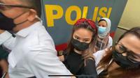 Artis berinisial GL diperiksa di Mapolres Metro Jakarta Barat terkait kasus video syur. (Foto: Humas Polres Metro Jakbar).