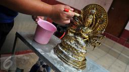 Proses pencucian patung dewa-dewi saat ritual cuci dewa di Klenteng Dharma Bhakti, Jakarta, Minggu, (31/1). Tahun baru imlek China 2567 jatuh pada tanggal 8 februari 2016. (Liputan6.com/Gempur M Surya)