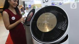 Model menunjukkan LG PuriCare 360° Air Purifier di Jakarta, Rabu (23/06/2021). Air purifier LG menjadi pilihan baru bagi masyarakat pada performa sebuah unit pemurni udara yang dilengkapi denganClean Booster yang dapat diaturdalam variasi kemiringan35 - 55 derajat dan berputar. (Liputan6.com)