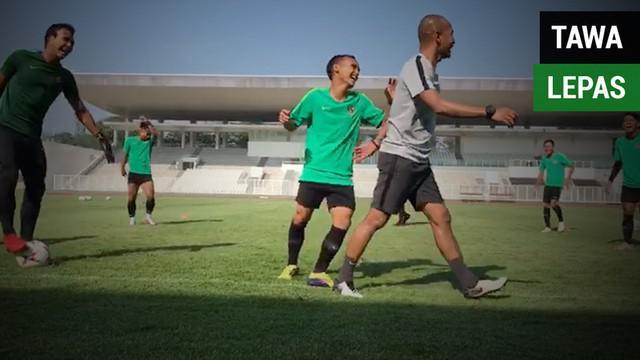 Berita video pemain Timnas Indonesia tampak ceria saat latihan menjelang laga menghadapi Filipina pada laga terakhir Piala AFF 2018. Keceriaan itu tampak meski Tim Garuda dipastikan tidak lolos fase grup.