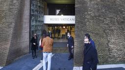 Pengunjung pertama hari itu memasuki Museum Vatikan di Vatikan, Senin (1/2/2021). Museum Vatikan kembali dibuka untuk pengunjung pada 1 Februari 2021 setelah 88 hari ditutup untuk mencegah penyebaran COVID-19. (AP Photo/Andrew Medichini)