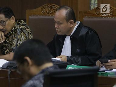 Terdakwa dugaan suap/gratifikasi terkait kerja sama jasa pelayaran yang juga anggota komisi VI DPR RI, Bowo Sidik Pangarso menyimak keterangan saksi saat sidang lanjutan di Pengadilan Tipikor, Jakarta, Rabu (28/8/2019). Sidang mendengar keterangan saksi. (Liputan6.com/Helmi Fithriansyah)