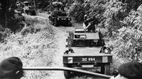 Kondisi darurat di Malaya 1948-1960: Konvoi Malayan Armoured Corps menembus hutan Malaysia (Wikimedia Commons/Public Domain)