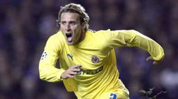 Bersama Villarreal, Diego Forlan langsung menjadi andalan di lini depan Yellow Submarine. Selama total 3 musim ia mampu mencetak 59 gol dalam 128 penampilannya. Si Badut, julukannya, akhirnya hijrah ke Atletico Madrid di awal musim 2007/2008. (AFP/Ian Stewart)