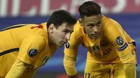 Pemain Barcelona, Lionel Messi dan Neymar, tampak kecewa kalah dari Atletico Madrid pada laga Liga Champions di Stadion Vicente Calderon, Spanyol, Kamis (14/4/2016). Atletico lolos ke semifinal berkat menang agregat 3-2. (AFP/Gerard Julien)