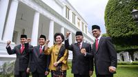 (Ki-ka) Saut Situmorang, Alexander Marwata, Basaria Panjaitan, Agus Rahardjo, Laode M Syarif tiba di Istana Negara, Jakarta, Senin (21/12/2015). Presiden Jokowi melantik lima pimpinan KPK periode 2015-2019. (Liputan6.com/Faizal Fanani)