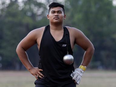Atlet lontar martil, Rafika Putra, berpose usai latihan jelang SEA Games 2019 di Stadion Madya, Jakarta, Rabu (9/9). Pria berusia 20 tahun ini menargetkan medali emas pada debutnya di SEA Games. (Bola.com/M Iqbal Ichsan)