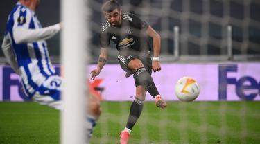 Manchester United membuka keunggulan pada menit ke-27 lewat aksi Bruno Fernandes memanfaatkan umpan terobosan dari Marcus Rashford. (Foto: AFP/Marco Bertorello)