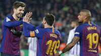 Bek Barcelona, Gerard Pique, merayakan gol yang dicetak Lionel Messi ke gawang Valladolid pada laga La Liga di Stadion Camp Nou, Barcelona, Sabtu (16/2). Barcelona menang 1-0 atas Valladolid. (AFP/Pau Barrena)