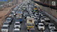 Sejumlah kendaraan terjebak kemacetan di ruas Tol Jakarta-Cikampek, Bekasi, Rabu (13/6). Pada H-2 Lebaran yang diprediksi puncak arus mudik, kendaraan pemudik yang melintasi ruas tol Jakarta-Cikampek mengalami kemacetan. (Merdeka.com/Iqbal S. Nugroho)