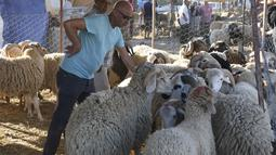 Orang-orang mengunjungi pasar ternak menjelang Hari Raya Idul Adha di Tunis, Tunisia, pada 20 Juli 2020. (Xinhua/Adel Ezzine)