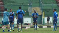 Pelatih Persib Robert Rene Alberts memberikan instruksi kepada pemainnya dalam sesi latihan di Stadion Siliwangi, Jumat (21/2/2020). (Liputan6.com/Huyogo Simbolon)