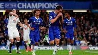 Bek Chelsea Cesar Azpilicueta merayakan gol ke gawang Watford pada laga Premier League di Stamford Bridge, London, Senin (15/5/2017). (AFP/Adrian Dennis)