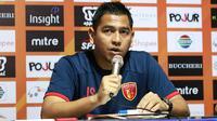 Jan Saragih, pelatih Perseru Badak Lampung FC. (Bola.com/Aditya Wany)