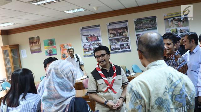 Ketua Kwarnas Gerakan Pramuka Adhyaksa Dault usai memberi penghargaan untuk Liputan6.com atas dukungan terhadap pendidikan karakter kaum muda di Gedung Kwarnas Gerakan Pramuka, Jakarta, Senin (24/9). (Liputan6.com/Immanuel Antonius)