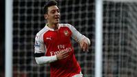 Gelandang Arsenal, Mesut Ozil, merayakan gol ke gawang AFC Bournemouth pada laga Premier League di Emirates, London, Selasa (29/12/2015) dini hari WIB. (AFP/Adrian Dennis)