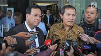 Wakil Komisi Pemberantasan Korupsi (KPK), Saut Situmorang (kanan) bersama Dirjen Pajak Robert Pakpahan (kiri) saat dimintai keterangan awak media usai menggelar pertemuan di gedung KPK, Jakarta, Rabu (31/1). (Liputan6.com/Herman Zakharia)