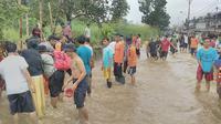 Jalan Raya Bojonggede-Depok tergenang banjir, Minggu (17/7/2016). (Liputan6.com/Achmad Sudarno)