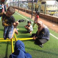 Kebahagiaan anak-anak saat bermain rangku alu di Taman Bermain Masyarakat (TBM) Kolong Ciputat, Tangsel, Banten, Minggu (22/7). (Merdeka.com/Arie Basuki)
