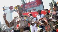 Sejumlah warga mengenakan atribut khusus melakukan aksi di sekitar lokasi Ledakan Thamrin, Jakarta, Minggu (17/1/2016). Mereka mengajak seluruh warga Jakarta untuk tidak takut pada teroris (Liputan6.com/Faisal R Syam)
