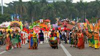 Peserta pawai Jakarnaval 2015 melakukan atraksi dalam menyambut ulang tahun Jakarta ke-488 di Monas, Jakarta, Minggu (7/6/2015). (Liputan6.com/Faisal R Syam)