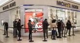 Antrean terjadi di luar toko saat belanja Black Friday di Fashion Outlets of Chicago, Rosemont, Illinois, Amerika Serikat (AS), 27 November 2020. Belanja online konsumen AS membuat rekor tertinggi baru 5,1 miliar dolar AS (1 dolar AS = Rp14.145) pada Hari Thanksgiving. (Xinhua/Joel Lerner)