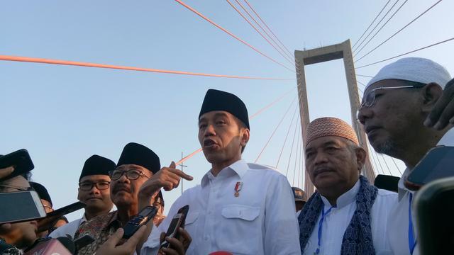 Presiden Joko Widodo (Jokowi) meresmikan pembebasan tarif Jembatan Tol Suramadu, yang menghubungkan wilayah Surabaya dan Madura, Sabtu (27/10/2018). (Titin/Merdeka.com)