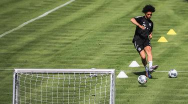 Gelandang baru Bayern Munchen, Leroy Sane saat mengikuti sesi latihan di Munich, Jerman (14/7/2020). Munchen mendatangkan Leroy Sane dari Manchester City dengan kontrak berdurasi lima tahun hingga 2025 mendatang, seperti diumumkan oleh klub Bundesliga tersebut pada 3 Juli. (Xinhua/Philippe Ruiz)