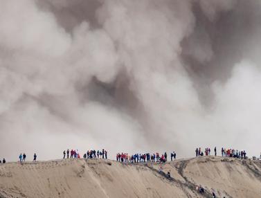 20160720-Meski Gunung Bromo Erupsi, Warga Suku Tengger Tetap Gelar Upacara Kasada