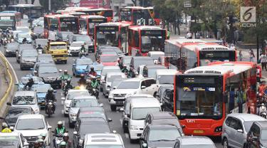 Kendaraan terjebak kemacetan saat melintas di Jalan Sudirman, Senayan, Jakarta, Minggu (2/9). Tingginya antusiasme warga yang ingin menonton penutupan Asian Games 2018 menyebabkan kawasan Senayan dipadati kendaraan. (Liputan6.com/Immanuel Antonius)