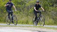 Presiden AS Joe Biden dan istrinya Jill Biden bersepeda di Pantai Rehoboth, Delaware, Kamis, 3 Juni 2021 untuk merayakan ulang tahun ke-70 sang ibu negara. (Foto AP/Susan Walsh)