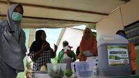 Disinfektan dan hand sanitizer herbal yang dibuat BPTP Sulteng dan penghuni Huntara di Desa Lolu, Sigi. Jumat (3/4/2020). (Foto: Liputan6.com/ Heri Susanto).
