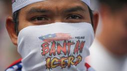 Pengunjuk rasa menutupi wajahnya mengambil bagian dalam rapat umum untuk memprotes langkah pemerintah yang tak meratifikasi konvensi anti-diskriminasi PBB, yang disebut ICERD di Kuala Lumpur, Malaysia (8/12). (AP Photo/Vincent Thian)
