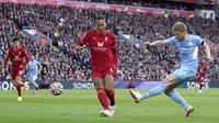 Manchester City mampu menyamakan kedudukan pada menit ke-80 lewat tembakan keras Kevin de Bruyne dari luar kotak penalti. Bola yang sempat membentur tubuh Joel Matip pun mengoyak jala gawang Liverpool. (AP/Peter Byrne)