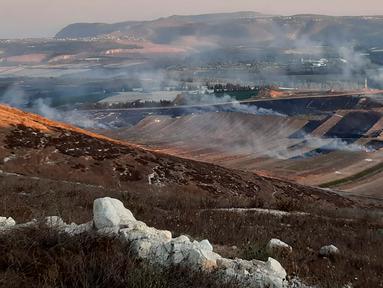Asap mengepul setelah serangan artileri berat Israel di desa perbatasan Maroun Al-Ras, Lebanon, Minggu (1/9/2019). Serangan artileri berat Israel menyebabkan kebakaran lahan di desa perbatasan Lebanon selatan. (AP Photo/Mohammed Zaatari)