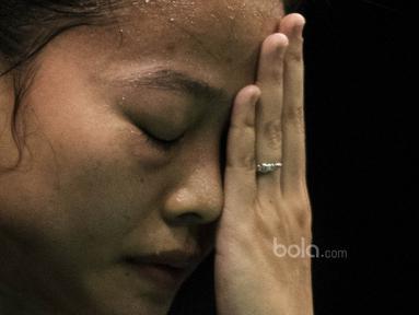 Tunggal putri Indonesia, Fitriani, tampak kecewa usai kalah dari tunggal Korsel, Sung Ji Hyun, pada laga BCA Indonesia Open di JCC, Jakarta, Kamis (15/6/2017). Fitriani kalah 10-21, 10-21. (Bola.com/Vitalis Yogi Trisna)