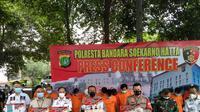 Komplotan pemalsu surat keterangan bebas Covid-19, ditangkap anggota Polresta Bandara Internasional Soekarno Hatta (Soetta). Mereka merupakan satu jaringan dengan komplotan yang sudah diamankan Polda Metro Jaya.