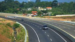 Kendaraan melintasi tol dengan latar belakang Gunung Salak menuju arah Ciawi di kawasan Ciawi Bogor (20/6). Mulai kemarin tol fungsional Bocimi seksi 1 Ciawi-Cigombong diberlakukan satu arah menuju Ciawi. (Merdeka.com/ Arie Basuki)