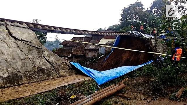 Pasca longsor, rel kereta api jurusan Bogor-Sukabumi yang ambruk mulai diperbaiki.